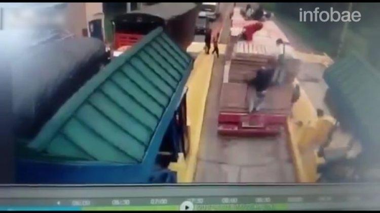 El momento en que el camión atropella al joven
