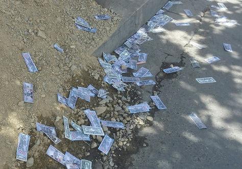 Los volantes, forma de billetes, que fueron lanzados durante las marchas del MAS en La Paz. Foto. La Razón