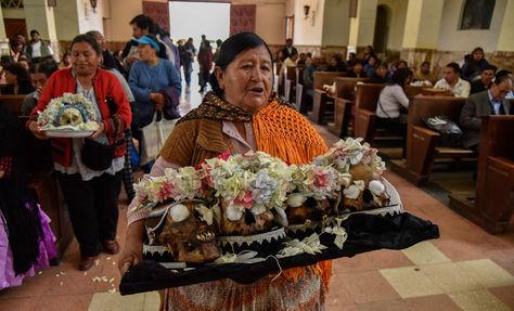 Devota de las ñatitas en la Iglesia del Cementerio General de La Paz