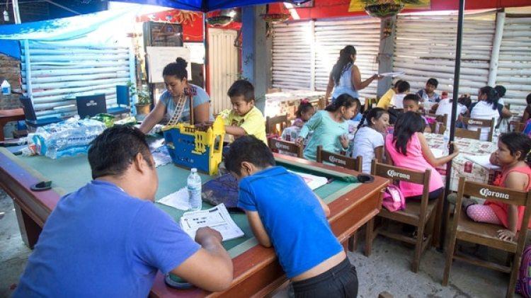 """Esta""""escuela multigrado"""" comenzó a funcionar un mes después del terremoto de magnitud 8,2 en la escala de Richter que sacudió esta localidad del sur de México el pasado 7 de septiembre (EFE)"""