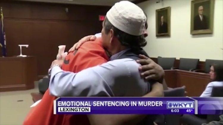 El abrazo entre el asesino y el padre de la víctima