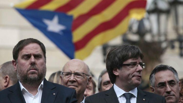 El ex presidente de la Generalitat, Carles Puigdemont, junto al ex vicepresidente catalán, Oriol Junqueras (del ERC), durante un acto por independentista frente al palacio de la Generalitat en Barcelona (AP Photo/Manu Fernandez)