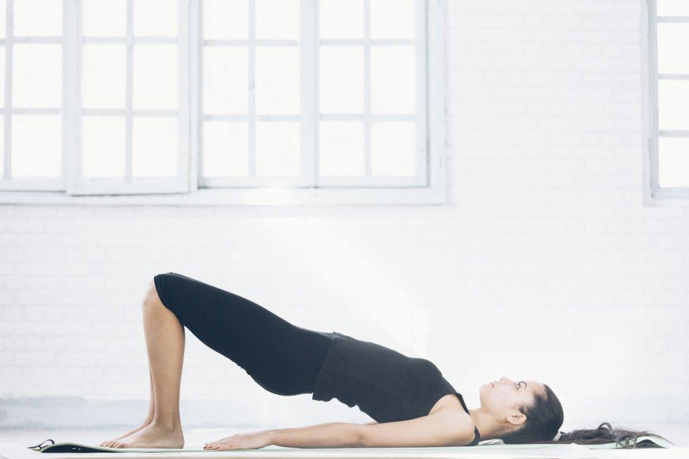 """Importantes tanto para hombres como para mujeres,  ayudan a fortalecer el suelo pélvico . A medida que envejecemos, estos músculos, que incluyen el útero, la vejiga, el intestino delgado y el recto, se debilitan. Mantenerlos resistentes tiene beneficios como evitar fugas de la vejiga.  La forma correcta de hacerlos, de acuerdo con Harvard, es apretar los músculos usados para contener la orina o el gas durante dos o tres segundos, soltar y repetir 10 veces. Así de cuatro a cinco veces al día. Marta Rosado advierte de que """"la realización de un número excesivo de estos ejercicios puede conducir a un debilitamiento de los músculos del suelo pélvico y dar lugar a una nueva reducción de la capacidad de controlar la vejiga""""."""