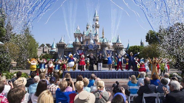 El parque de diversiones Disneyland debió clausurar dos torres por un brote de enfermedad del legionario (Getty Images)