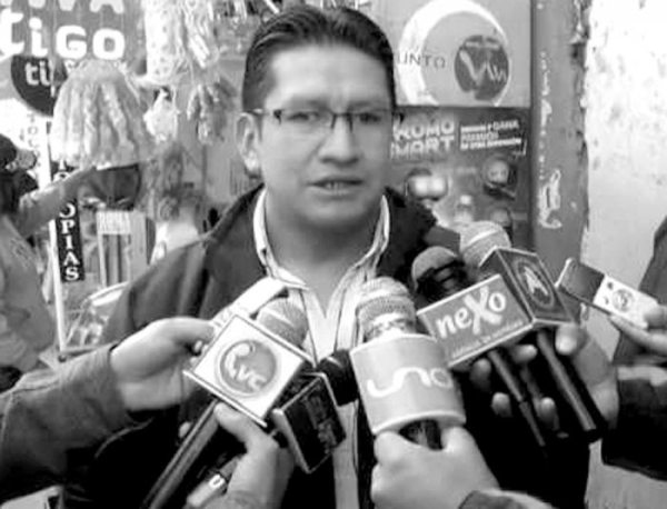 El exfiscal Ricardo Condori declara a los medios antes de ser removido del cargo.