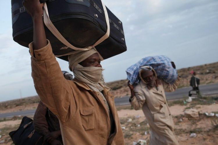 Un grupo de migrantes cruza la frontera de Túnez con destino a Libia.(Spencer Platt/Getty Images)