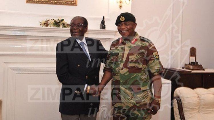 Mugabe junto al jefe del Estado Mayor, general Constantino Chiwengal (Herald)