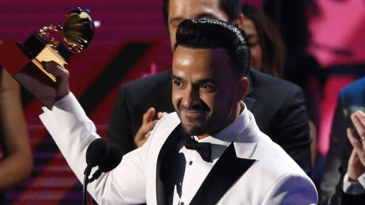 """Sin la presencia de Daddy Yankee, Luis Fonsi recibió los premios a la canción """"Despacito"""""""