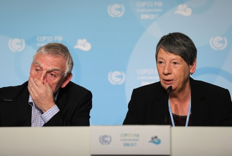 La ministrade medio ambiente alemánBarbara Hendricks juntos a su secretario Jochen Flasbarthdurante la conferencia de prensa del COP23. (AFP PHOTO)