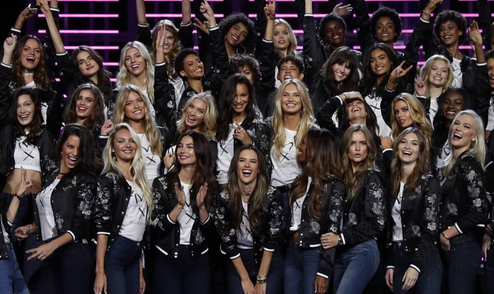 Las modelos de Victoria's Secret posan en el Mercedes-Benz Arena de Shanghai.