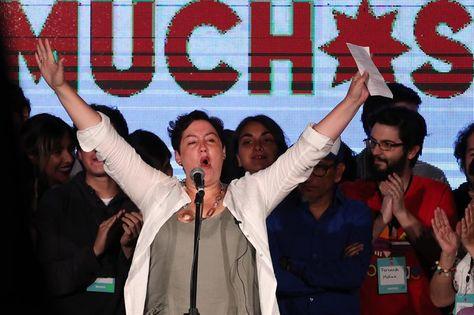 La candidata presidencial de la coalición izquierdista Frente Amplio, Beatriz Sánchez (c), celebra este domingo el resultado de las elecciones en Chile. Foto: EFE
