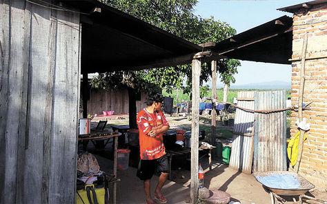 Tarija. Uno de los zafreros en las viviendas donde el grupo fue instalado, en la comunidad de Arrozales.