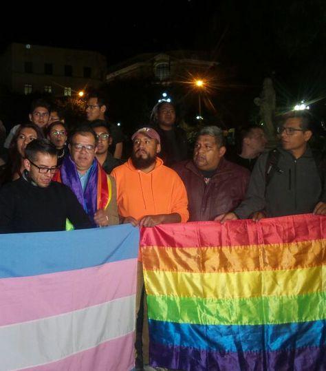 Colectivo Trans, Lesbianas Gays o Bisexuales (TLGB) protesta en la plaza Murillo. Foto: Dennis Luizaga