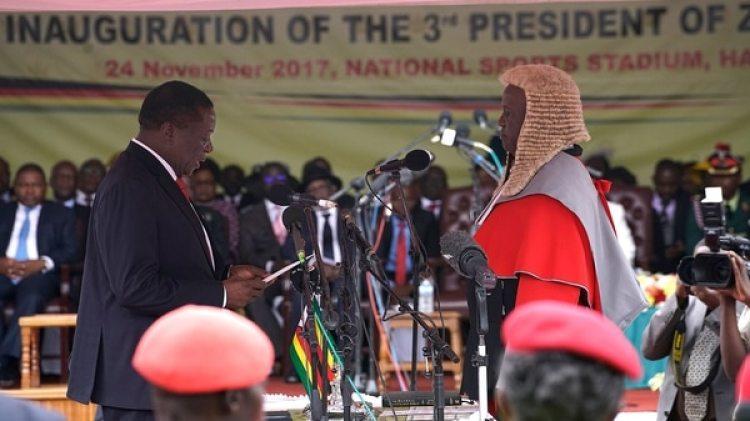 El momento de la jura de Mnangagwa ante un juez (AFP)