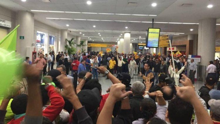 En la terminal del aeropuerto estaban frente a frente seguidores y detractores del ex presidente. (Twitter @esthercuestasan)