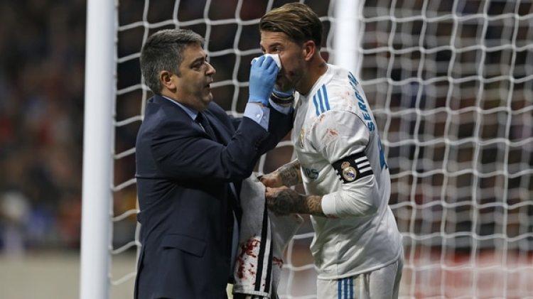 Sergio Ramos estará ausente tras haber sufrido una fractura en su tabique (AP)