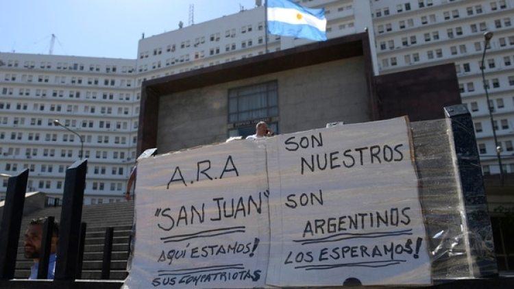Desde los carteles, la vigilia de familiares que conservan las esperanzas(AFP)