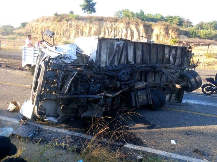 El chofer del camión sufrió heridas leves