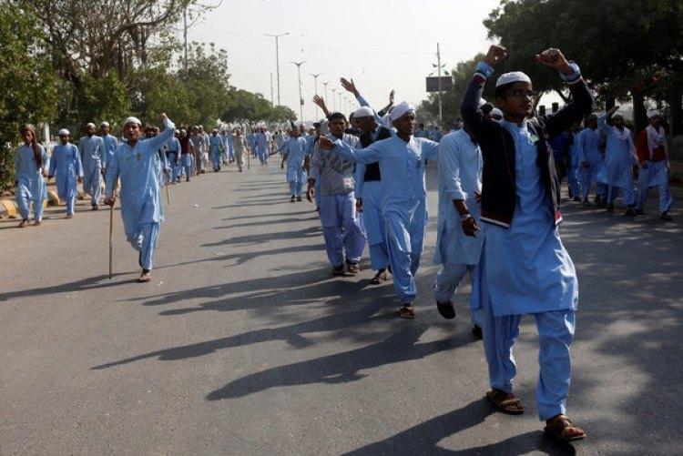 Militantes del partido Tehreek-i-Labaik Yah Rasool Allah Pakistan (TLYRAP) durante una protesta en Karachi, Pakistán (REUTERS/Akhtar Soomro)