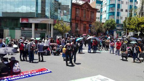 Un grupo de estudiantes de la UPEA bloquean el centro de La Paz a la altura de la UMSA.