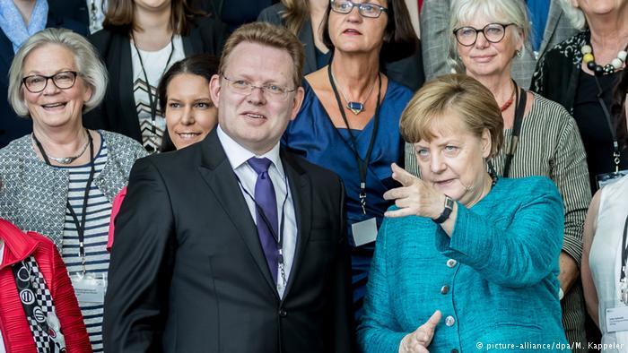 Angela Merkel y el alcalde de Altena durante la entrega del premio de integración alemán.