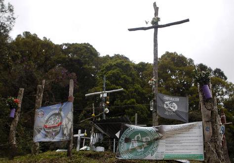 Vista de un altar con recuerdos y mensajes en el lugar de la tragedia