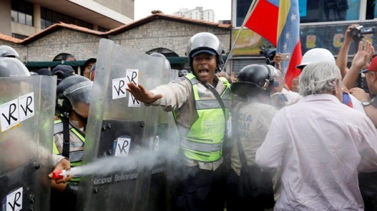 La Guardia chavista reprime una manifestación de personas de tercera edad (Reuters)