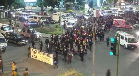 La marcha de los médicos a su paso por la plaza del estadio en Miraflores