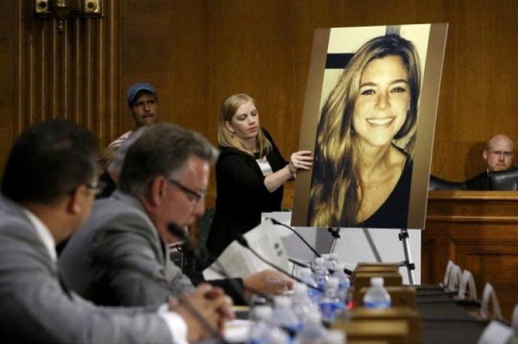 Una foto de Kate Steinle, la mujer que murió en el hecho, mostrada durante el juicio (Reuters/archivo)