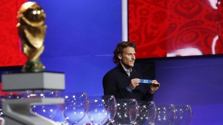 El uruguayo Forlán será uno de los asistentes de Lineker durante el sorteo (Reuters)
