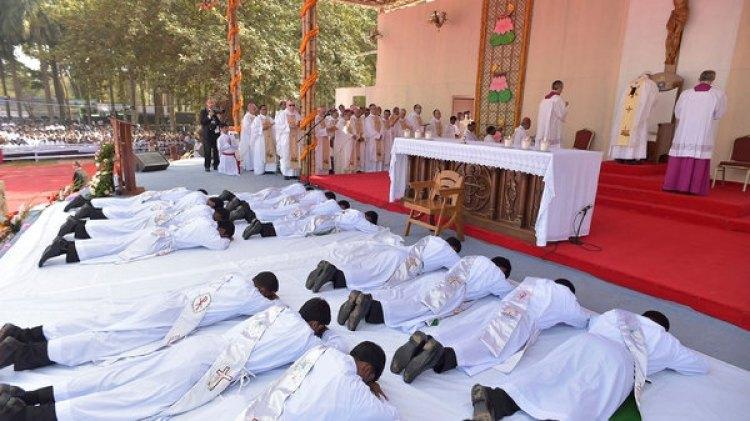 Los 16 sacerdotes ordenados por el papa Francisco se postraron ante él(Reuters)