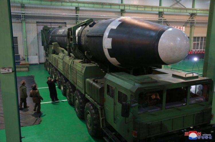 Kim Jong-un inspecciona el nuevo misil de largo alcance Hwasong-15, el arma nuclear más poderosa del país (Reuters)