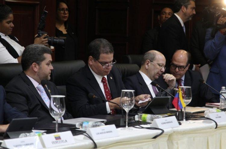 Julio Borges, presidente de la Asamblea Nacional (derecha) dialoga antes del inicio de la sesión (Reuters)