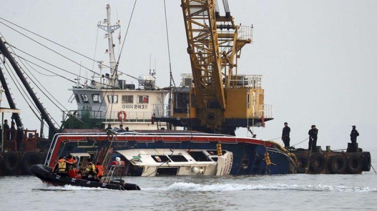 Así rescataban al barco pesquero naufragado (Reuters)
