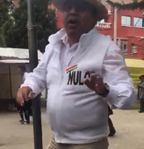 El diputado Wilson Santamaría con un chaleco con la inscripción del Nulo. Foto:captura de video