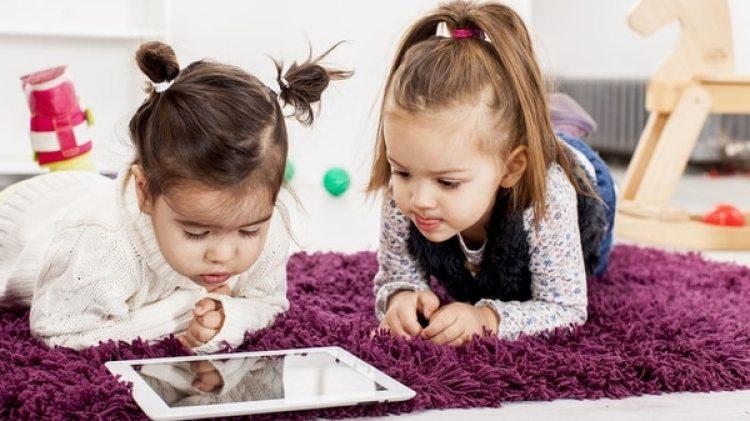 La mayoría de los expertos concuerdan que las pantallas no son recomendadas para los menores de dos años (iStock)