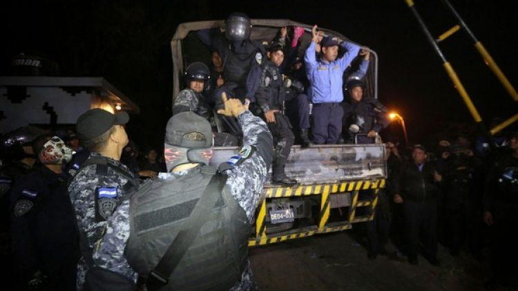 La gente desafió el estado de sitio en las calles y un número importante de agentes policiales se negaron a reprimir (EFE)