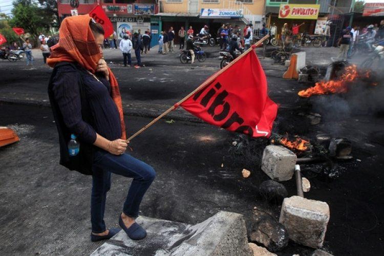 Una simpatizante de Salvador Nasralladurante una protesta por el resultado de las elecciones en Honduras (REUTERS/Jorge Cabrera)