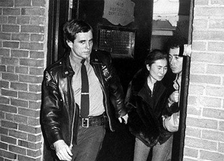 Desconsalada. Yoko Ono se retira del Hospital Roosevelt donde John Lennon perdió la vida a causa de los 5 disparos que le dio su asesino.