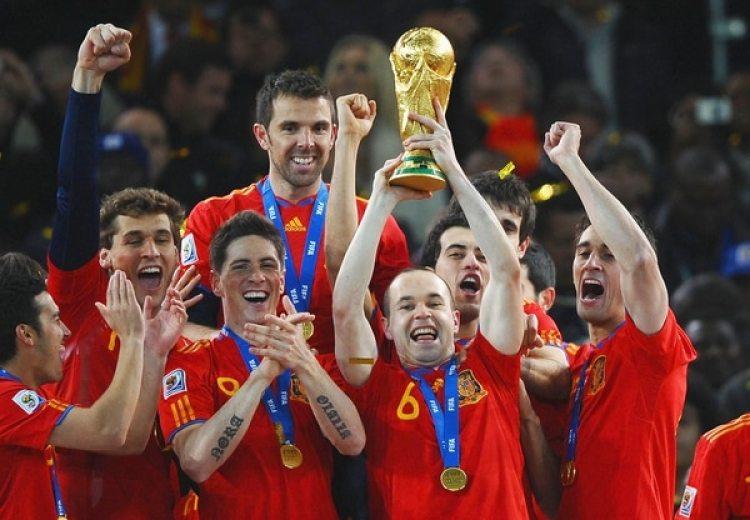 2010: Andrés Iniesta fue el artífice de la primera Copa del Mundo para España en el Mundial de Sudáfrica al marcar el gol de la final y quedó segundo en la votación (Getty)