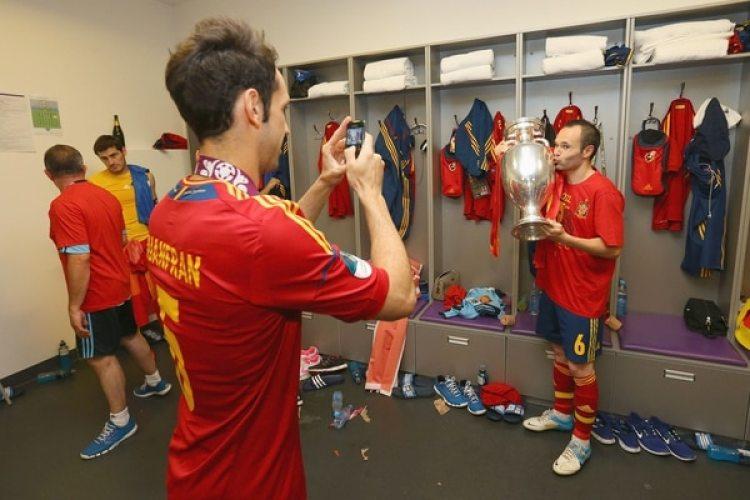 2012: Andrés Iniesta otra vez guió a España para conquistar un título, esta vez la Eurocopa donde fue distinguido como el mejor jugador del torneo (Getty)