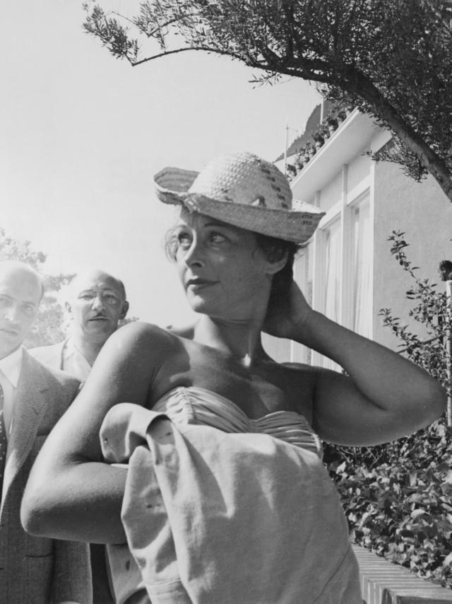 Hedy Lamarr en una piscina de Beverly Hills en 1955.