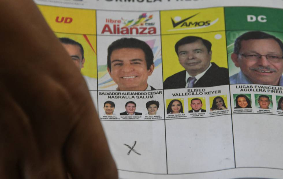 Miembros del TSE recuentan los votos en Tegucigalpa