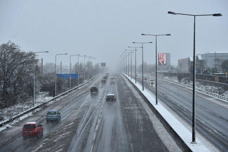 Autos en la autopista M1 en las afueras de Londres (AFP)