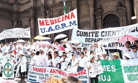Protesta. Profesionales de salud y estudiantes de Santa Cruz marchan en calles de esa urbe, ayer.