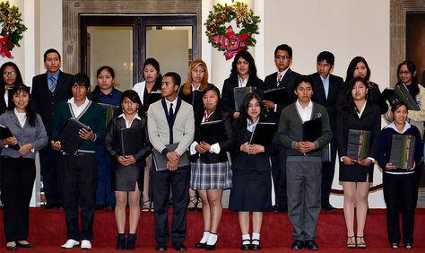 Jóvenes bachilleres de diferentes establecimientos educativos de La Paz.