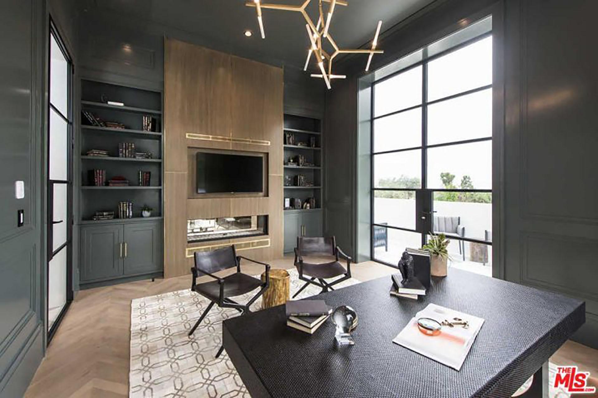 (MLS) La imponente mansión incluye un gimnasio cubierto y uno al aire libre, una sala de cine, una bodega y un spa