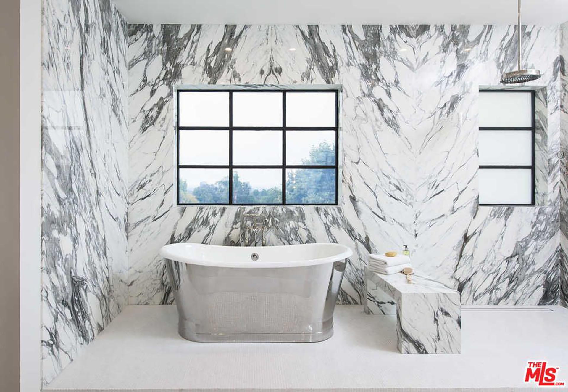 (MLS)Gracias a las fotos que compartió Trulia y MLS, se puede ver que cuenta con baños y cocinas construidas íntegramente de mármol