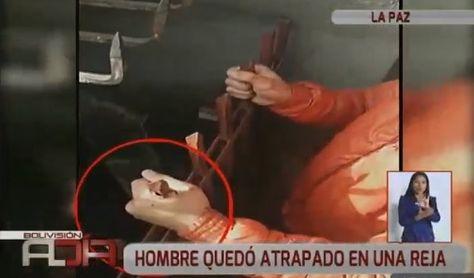 La mano izquierda del sujeto quedó incrustada en la reja de seguridad.