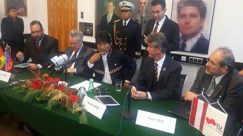 El presidente Evo Morales en el acto de firma del acuerdo con autoridades de la Universidad Tecnológica de Graz. Foto: Cuenta de Twitter de Evo Morales